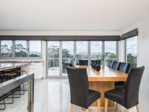 Paradise Point - Tamar Valley 14 Persons Residence with pool - Accommodation Find
